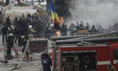 В центр Киева стянуты почти 4 тыс. силовиков, в результате стычек один из них пострадал. Под Радой сожгли флаг России (фото, видео)