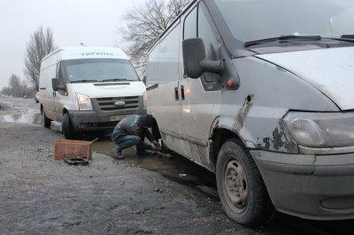 В Никополе на Херсонской микроавтобус потерял колесо из-за ямы на дороге