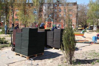 В Марганці в Love-парку розпочали облаштування дитячого майданчика гумовим покриттям