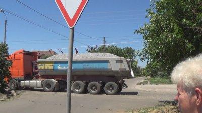Кто и ради чего разрушает дорогу по ул. Паромная, и не только (фото, видео)