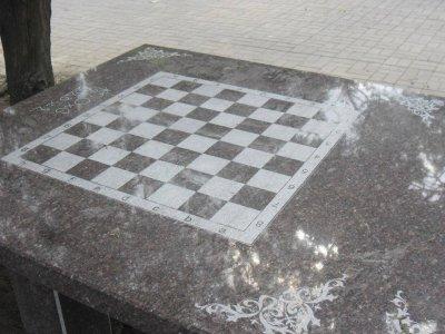 В Покрове установили гранитные столы для интеллектуальных игр