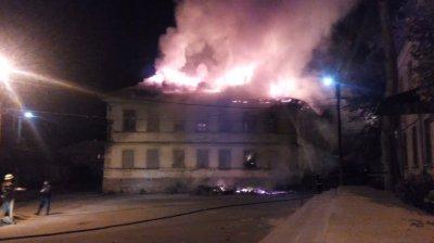 Сейчас, горит здание по пер. Телеграфный 1, перекресток с ул. И.Сирка, Старая Часть (видео)
