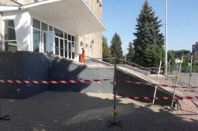 В Никополе в здании городского совета появятся новые ступеньки и пандус за 1 141 236 гривен